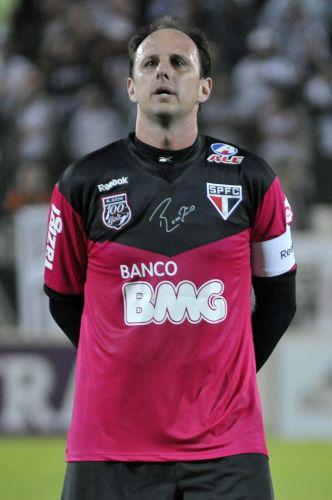 O goleiro Rogério Ceni chegou à impressionante marca de 100 partidas consecutivas pelo São Paulo; time venceu