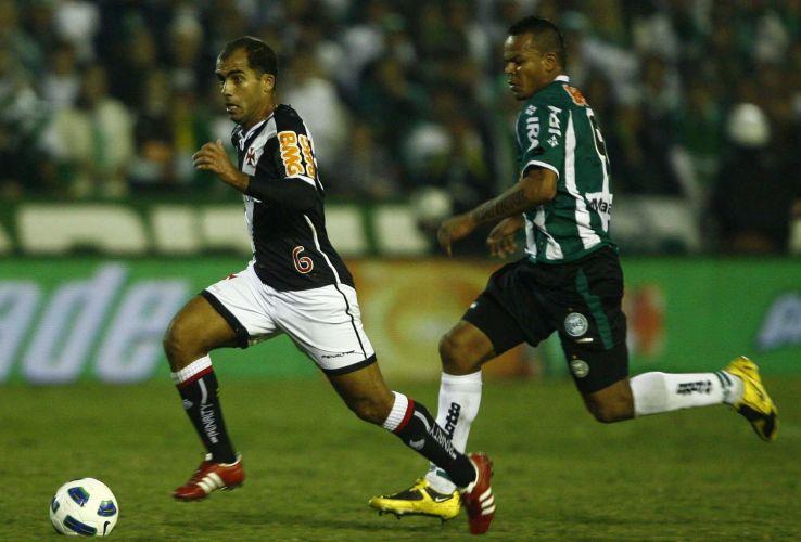 Felipe tenta armar ataque do Vasco no duelo contra o Coritiba no Couto Pereira