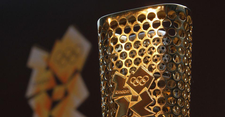 A tocha que percorrerá o Reino Unido pelas mãos de 8 mil corredores até o estádio da abertura oficial dos Jogos Olímpicos de Londres, em 27 de julho de 2012, foi apresentada nesta quarta-feira oficialmente