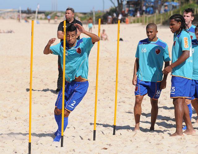 Léo Moura faz exercícios em treino físico do Flamengo na Praia do Recreio