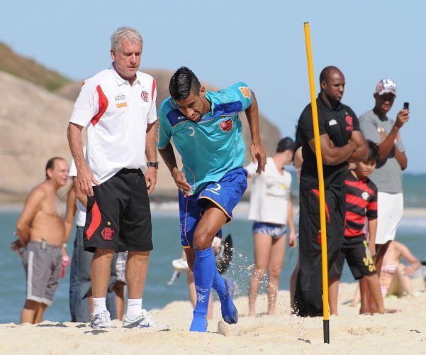 Antônio Mello comanda atividade de Léo Moura em treino do Flamengo na Praia do Recreio