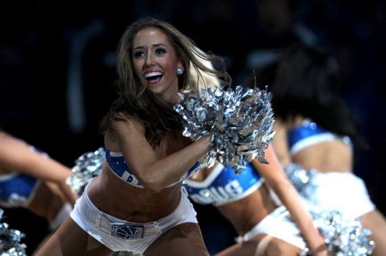 Cheerleader dos Mavericks faz apresentação antes da partida contra o Miami Heat
