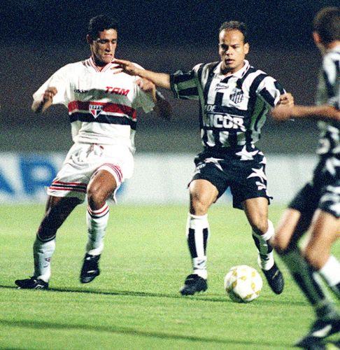 Qual é a camisa mais bonita da história do Santos  - Fotos - UOL Esporte e62fe923ab229