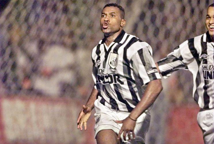 Camisa com detalhes em cinza e preto usada por Viola em partida contra o  Corinthians em 1998 Folhapress Mais ... 1a42987a67376