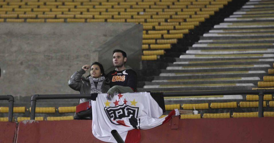 Torcedores do São Paulo esperam pelo início do partida no Morumbi