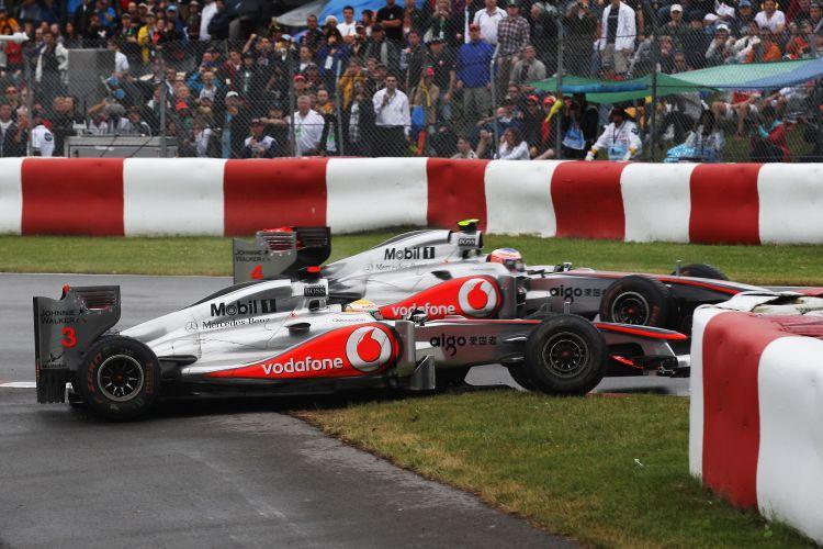 Após tocar em Jenson Button e quebrar a suspensão traseira, Lewis Hamilton atravessou uma chicane e quase atingiu de novo seu companheiro de equipe.