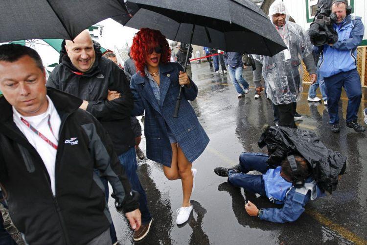Cantora Rihanna, que visitou o grid do GP do Canadá, se assusta com a queda de um câmera de TV durante a paralisação da corrida.