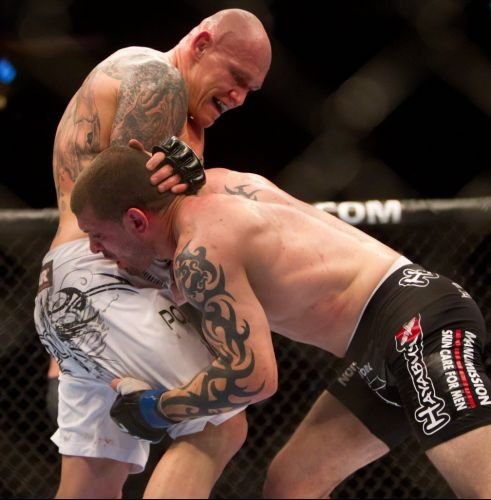 Canadense Krzysztof Soszynski (e) venceu Mike Massenzio no UFC 131, em Vancouver