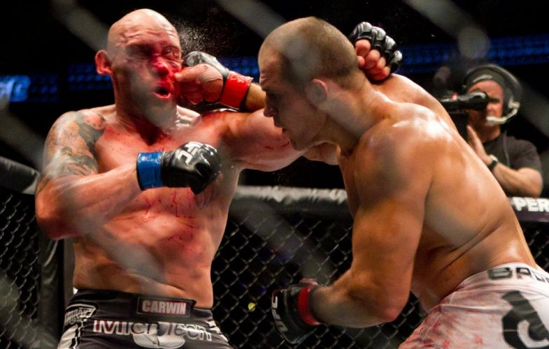 Junior Cigano (d) venceu a luta principal do UFC 131 contra Shane Carwin