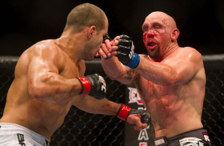 Cigano castigou duramente Shane Carwin com boas combinaes de socos