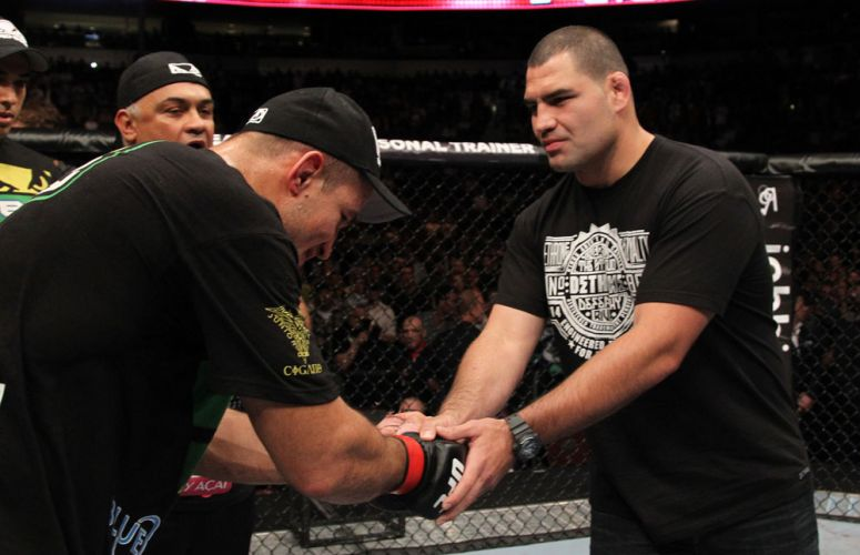 Cigano cumprimenta seu prximo rival, o campeo dos pesados Cain Velsquez
