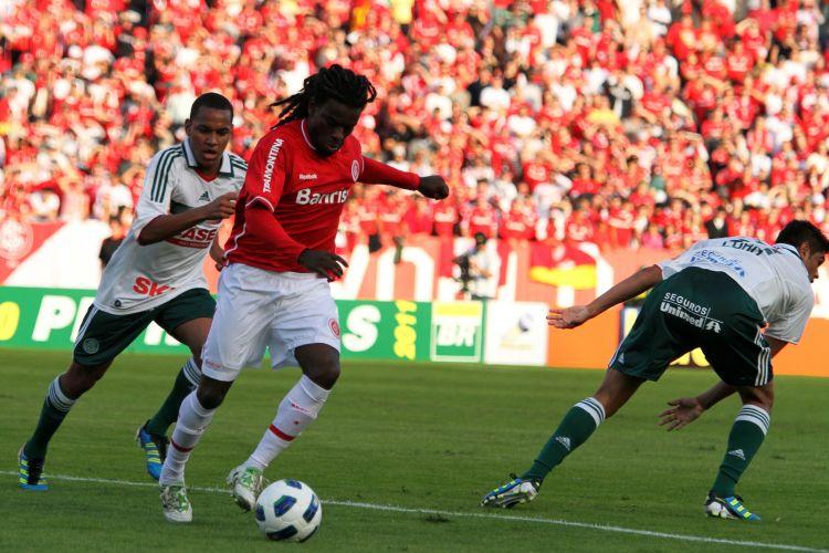 Tinga tenta jogada pelo Inter na partida contra o Palmeiras, no Beira-Rio