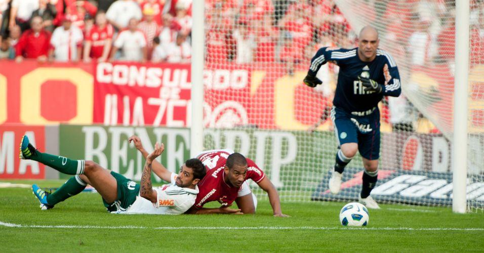 Goleiro Marcos corre em direção à bola enquanto Danilo e Rodrigo permanecem caídos na área palmeirense
