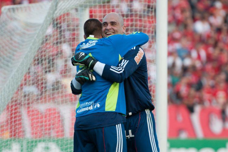 Marcos comemora com Deola gol palmeirense no Beira-Rio