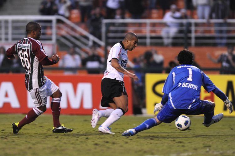 Emerson tenta passar pelo goleiro Ricardo Berna na vitória do Corinthians sobre o Fluminense