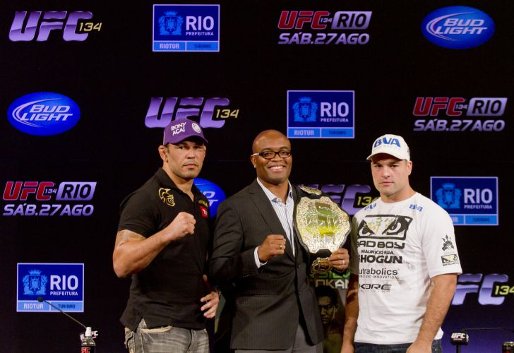 Rodrigo Minotauro, Anderson Silva e Maurcio Shogun posam para fotos no Rio de Janeiro
