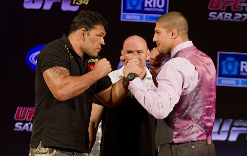 Minotauro posa para fotos com o adversrio do UFC Rio Brendan Schaub