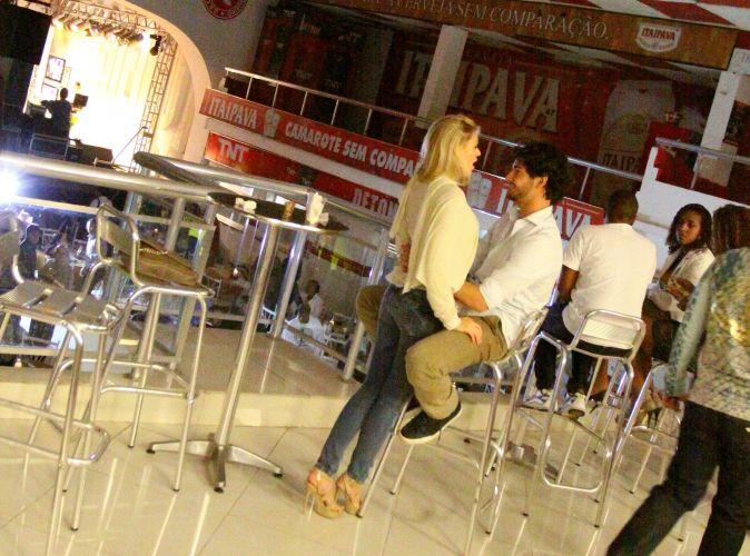Casal desfruta de momentos de tranquilidade na quadra da Salgueiro, no Rio de Janeiro