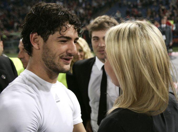 Alexandre Pato recebe os parabéns da namorada Barbara Berlusconi depois da conquista do título de campeão italiano de 2011
