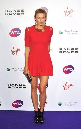 Russa Sharapova atrai todas as atenções na chegada para a festa de Wimbledon