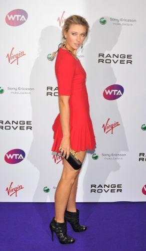 Sharapova posa de modelo na chegada à cerimônia