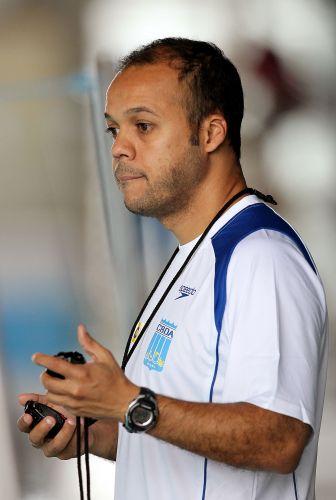 Atento, Arilson Silva, técnico da delegação brasileira no Centro Esportivo Crystal Palace, em Londres, fica de olho no tempo dos atletas
