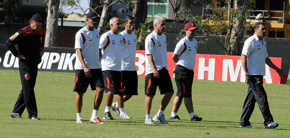 Luxemburgo e comissão técnica durante o treino do Flamengo antes do clássico contra o Botafogo