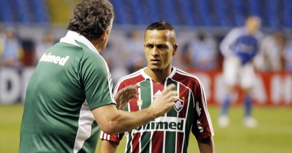 Técnico do Fluminense, Abel Braga conversa com Souza durante a derrota para o Bahia pela quinta rodada do Brasileirão no Engenhão