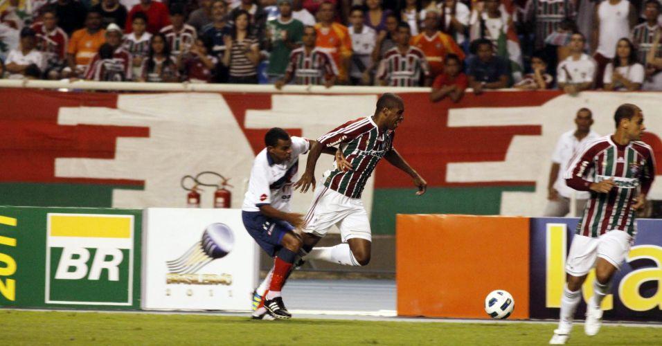 Marcio Rosario sofre falta durante derrota para o Fluminense contra o Bahia no Engenhão