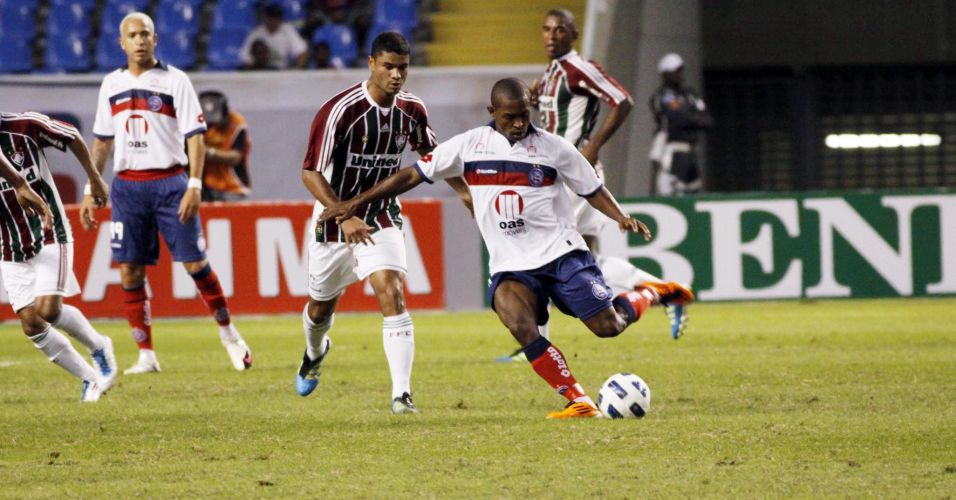 Atacante Jóbson tenta a finalização contra o Fluminense no Engenhão; foi dele o gol da vitória do Bahia nos minutos finais