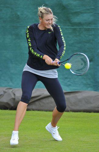 Maria Sharapova rebate durante treino em Wimbledon; tenista se prepara para o início do torneio
