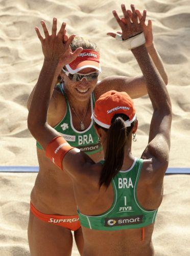 Juliana e Larissa comemoram ponto que garantiu a dupla na decisão do Mundial de Vôlei de Praia disputado na Itália