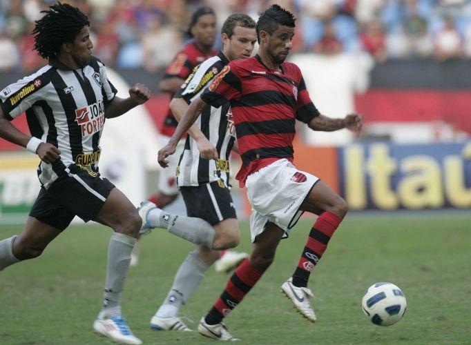 Léo Moura avança com a bola durante o clássico contra o Botafogo no Engenhão