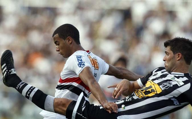 Lucas, autor do segundo gol do São Paulo, disputa bola com rival do Ceará na vitória pelo Brasileirão