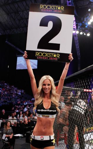 Ring girl anuncia round durante evento do Strikeforce neste sbado; no GP dos pesados, o brasileiro Werdum perdeu para o holands Overeem