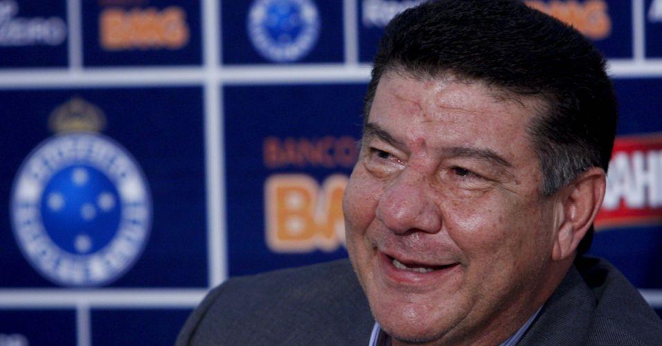 Substituto de Cuca, que pediu demissão no domingo, o técnico Joel Santana começa o seu trabalho no Cruzeiro, nesta segunda-feira