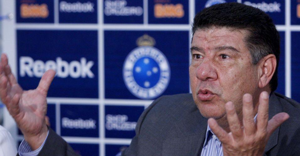 Joel Santana e sua famosa prancheta pretendem reerguer o Cruzeiro