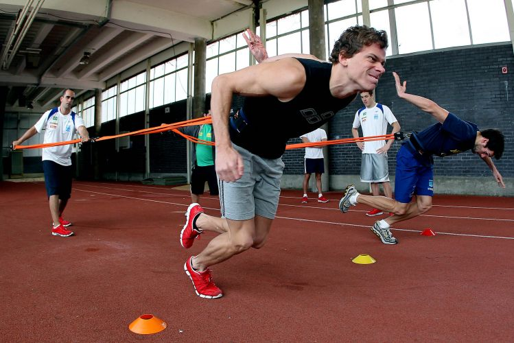 Supercampeão César Cielo faz exercícios de força em Londres, de onde a equipe parte para o Aberto de Paris de Natação