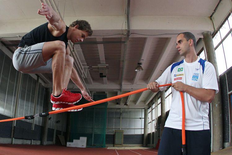 César Cielo faz exercícios para o Aberto de Paris. Seleção brasileira depois ruma para o Mundial de Xangai, na China