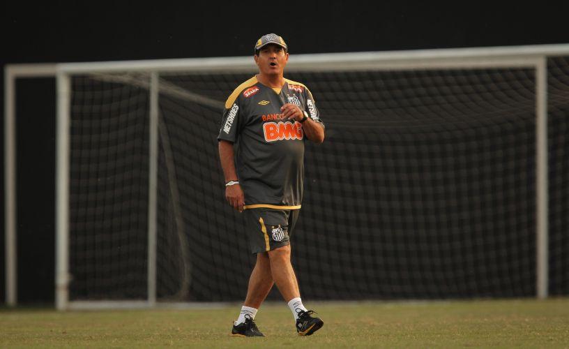 Treinador Muricy Ramalho orienta sua equipe nos treinos desta segunda-feira, no CT Rei Pelé