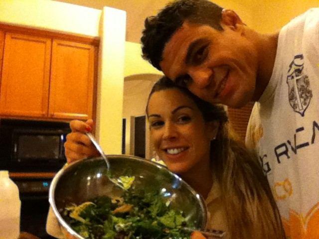 Como dona de casa, Joana Prado cuida da alimentação do marido lutador e da criação dos três filhos do casal