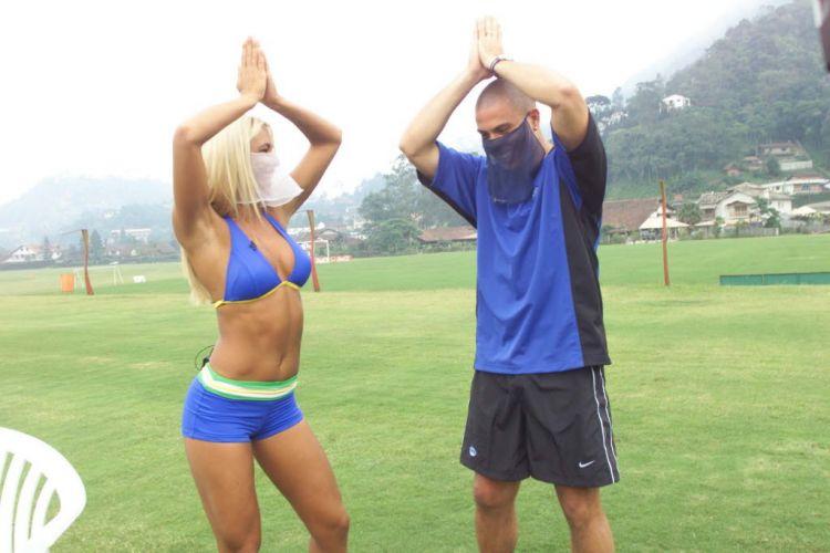 Ainda como Feiticeira, Joana Prado fez Ronaldo vestir o véu e dançar durante treinamento