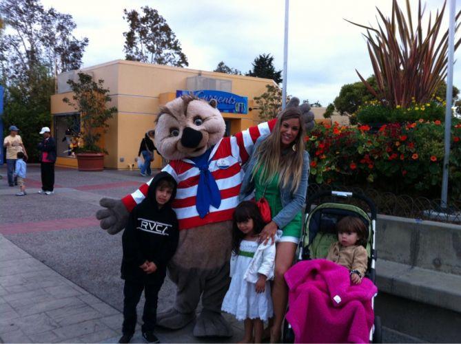 Em foto postada no Twitter, Joana e os filhos passeiam em parque de diversões