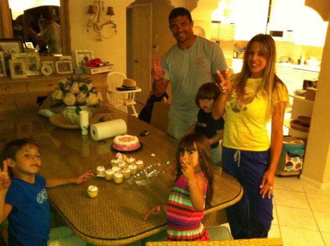 Vitor, Joana e os três filhos vivem em Las Vegas, devido aos treinos do lutador