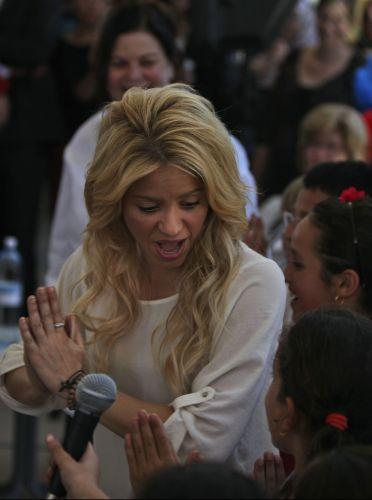 Shakira canta e dança com crianças durante visita a uma escola em Jerusalém