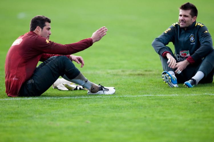 Julio Cesar conversa com o goleiro reserva, Victor, no treino da seleção nesta quarta-feira. O camisa 1 da Inter de Milão deve seguir à frente da meta da seleção.