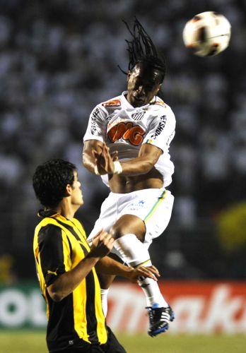 Arouca sobe para desviar bola de cabeça na decisão contra o Peñarol; Santos conquista o terceiro título da Libertadores e coroa geração de Ganso e Neymar