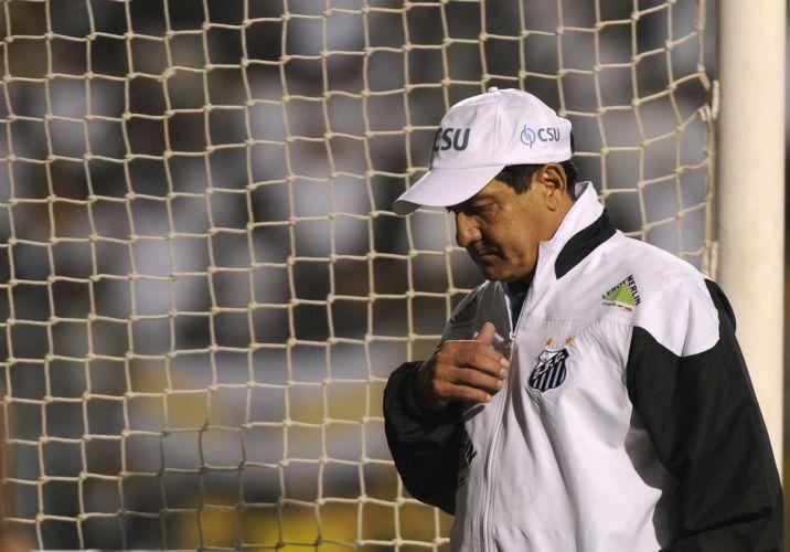 Usando boné, Muricy Ramalho comanda o Santos na decisão contra o Peñarol; Santos conquista o terceiro título da Libertadores e coroa geração de Ganso e Neymar