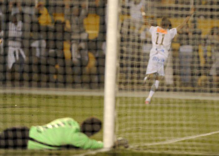 Neymar corre para comemorar após fazer o gol diante do Peñarol contando com falha do goleiro Sosa na Libertadores 2011