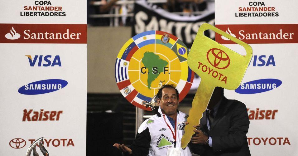 Muricy Ramalho é premiado com carro após a conquista de seu primeiro título da Libertadores com o Santos